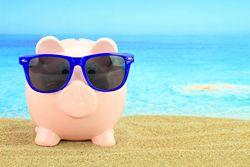 gris med solglasögon på strand