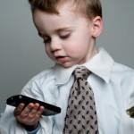 barn som håller i telefon och pengar