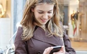 kvinna textar på sin telefon