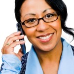 Leende kvinna som pratar i sin mobil