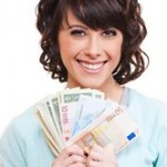 Kvinna som visar upp kontanter