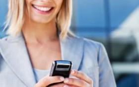 Kvinna som textar på sin mobil